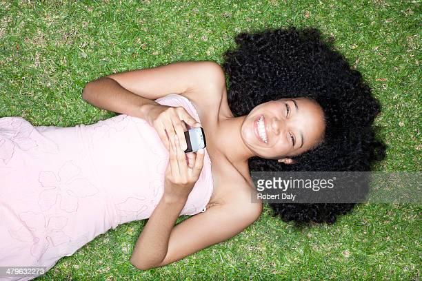 Blickwinkel von Weiblicher Teenager Festlegung auf Gras mit