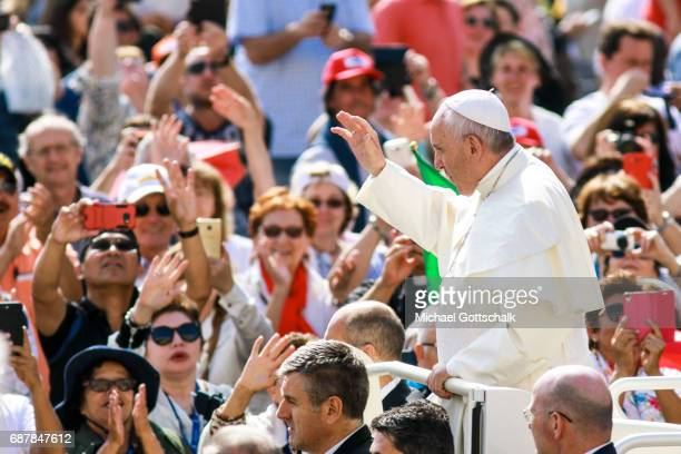 Overview of the general audience with Pope Francis sourrounded by a crowd of belivers in StPeter's Square on May 24 2017 in Vatican City Vatican