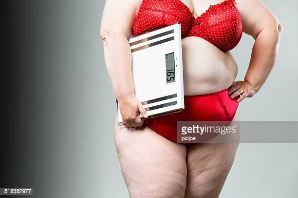 Obèse femme avec pèse-personne