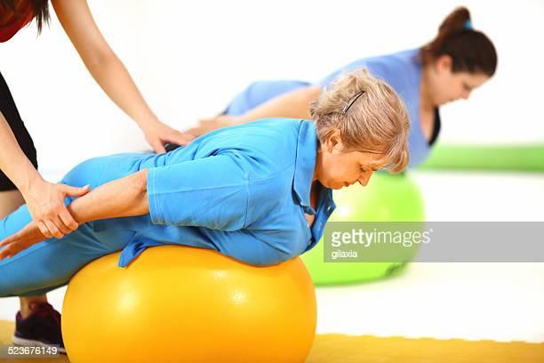 Sovrappeso donna esercizio in palestra.