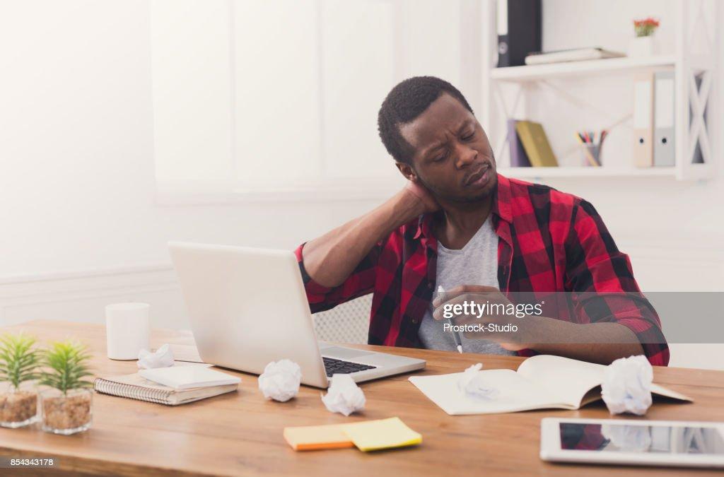 Surchargés de travail noir homme daffaires au bureau occasionnel