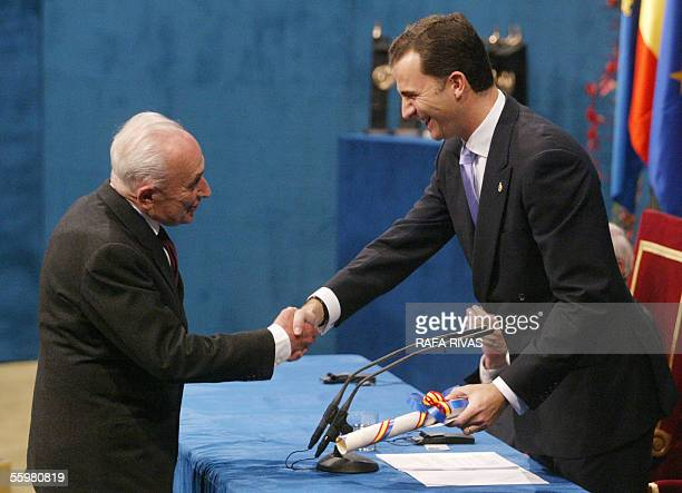 Italian Giovanni Sartori receives the Prince of Asturias award for Social Sciences from Spain's Prince Felipe de Borbon 21 October 2005 during the...