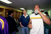 Owner Jerry Buss speaks with Derek Fisher of the Los Angeles Lakers in 1999 at the Great Western Forum in Los Angeles California NOTE TO USER User...