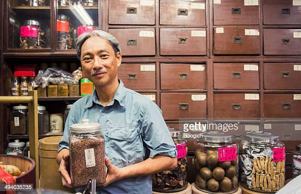 所有者の伝統的な中国医学のショップで九龍、香港