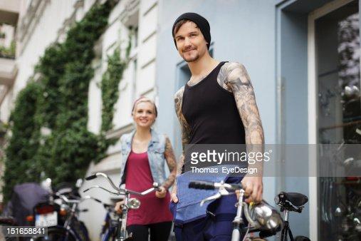 Propietarios de una antigua tienda de bicicletas : Foto de stock