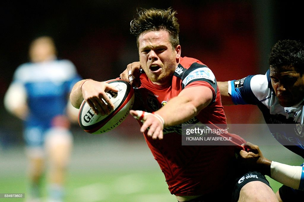 Oyonnax' French hooker Thomas Bordes (R) is tackled by Castres' French flanker Mathieu Babillot during the French Top 14 rugby union match between Oyonnax (USO) and Castres (CO) on May 28, 2016 at the Charles-Mathon stadium in Oyonnax, central eastern France. / AFP / ROMAIN