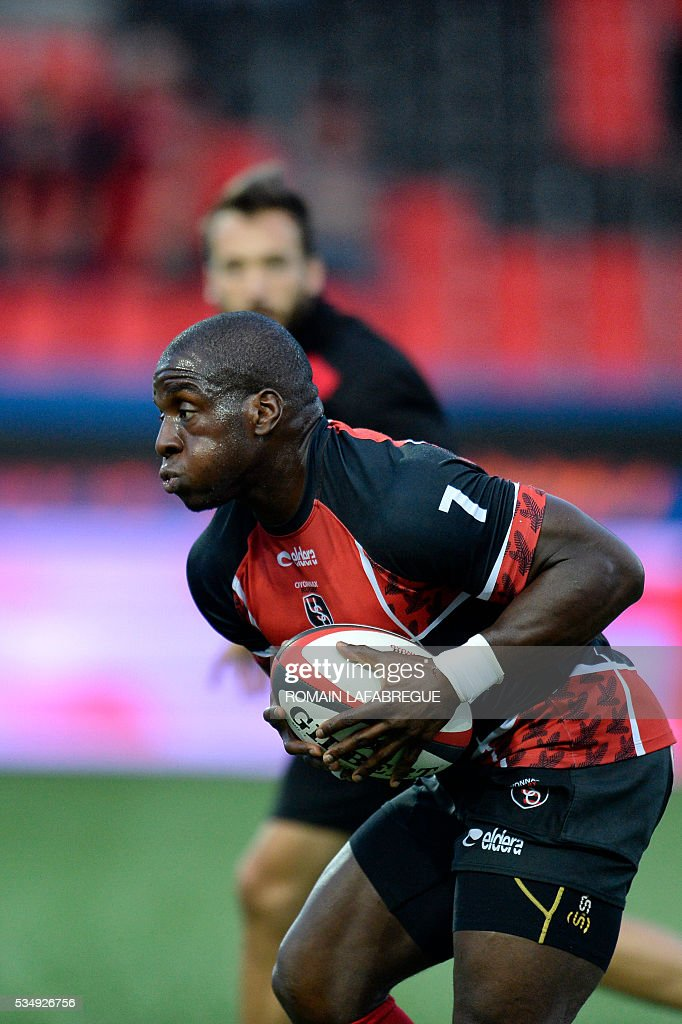 Oyonnax' French wing Dug Codjo warms up before the start of the French Top 14 rugby union match between Oyonnax (USO) and Castres (CO) on May 28, 2016 at the Charles-Mathon stadium in Oyonnax, central eastern France. / AFP / ROMAIN