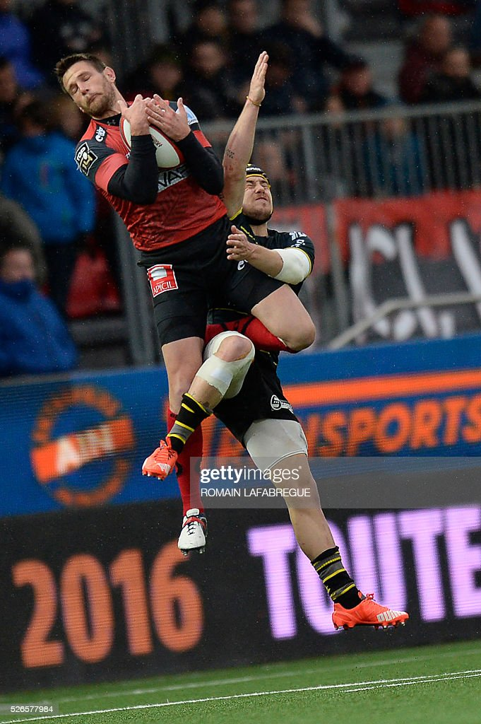 Oyonnaxs French fullback Florian Denos (L) and La Rochelle's French wing Gabriel Lacroix jump for the ball during the French Top 14 Rugby Union match between Oyonnax and La Rochelle on April 30, 2016 at the Charles-Mathon stadium in Oyonnax, central-eastern France. / AFP / ROMAIN