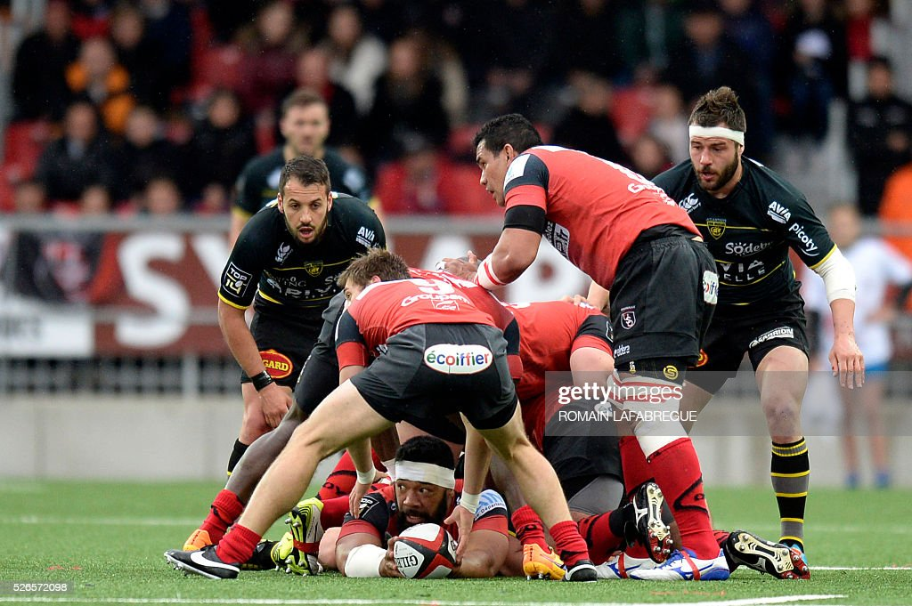Oyonnaxs Tongan number eight Viliami Ma afu (bottom) clears the ball after a scrum during the French Top 14 Rugby Union match between Union Sportive Oyonnax Rugby (USO) and Atlantique Stade Rochelais (ASR) on April 30, 2016 at the Charles-Mathon stadium in Oyonnax, central eastern France. / AFP / ROMAIN