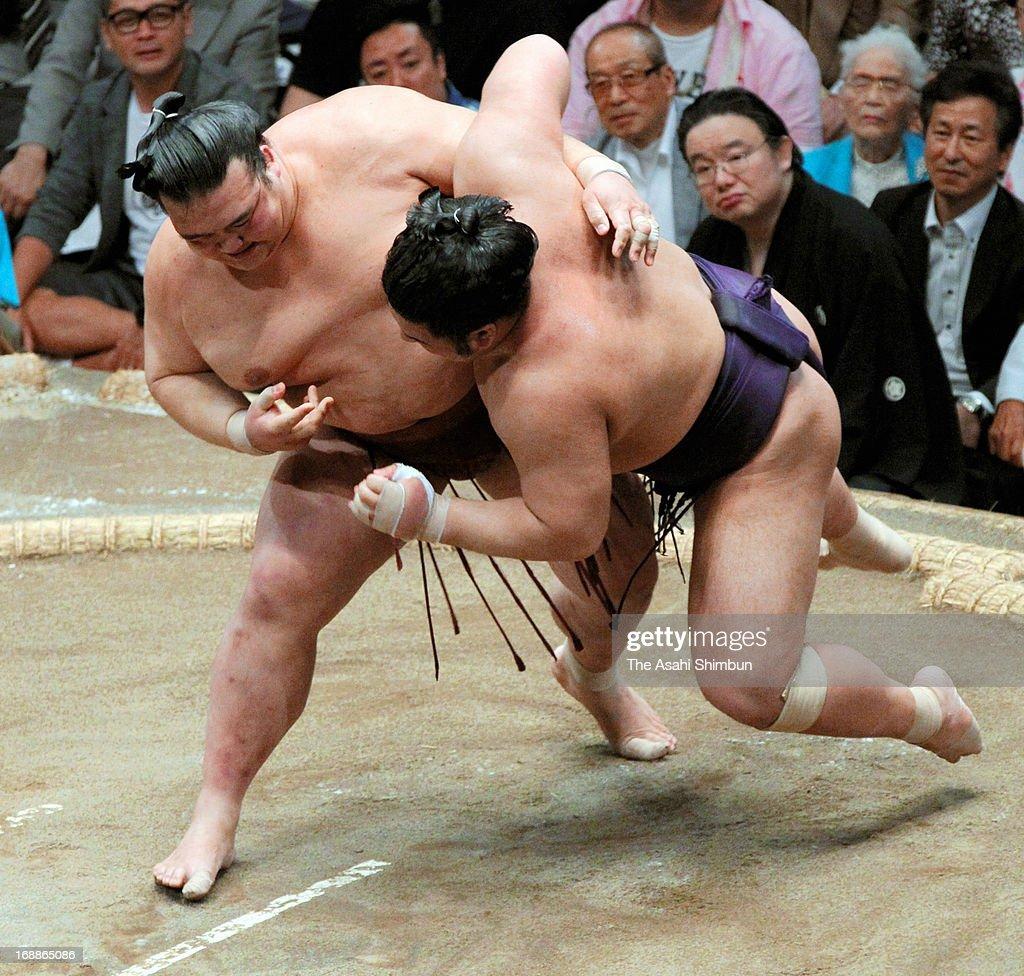 Ozeki Kisenosato (L) throws Tochiozan to win during day four of the Grand Sumo Summer tournament at Ryogoku Kokugikan on May 15, 2013 in Tokyo, Japan.