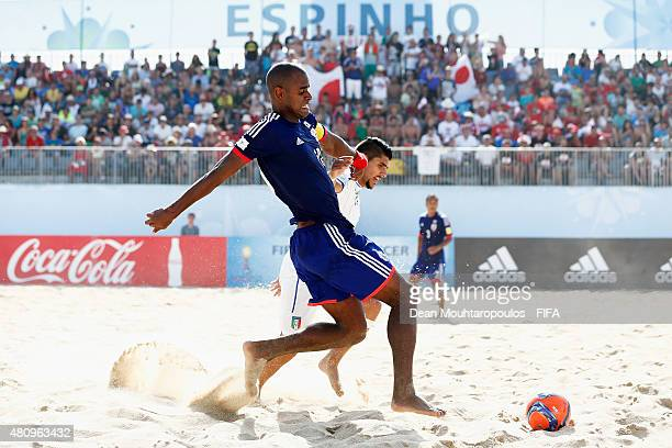Ozu Moreira of Japan battles for the ball with Gabriele Gori of Italy during the FIFA Beach Soccer World Cup quarter final match between Italy and...