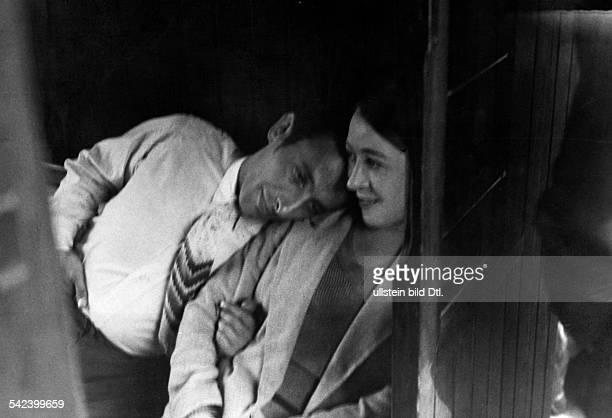 Paar in einem Abteil der dritten Klasse 1931 erschienen in Grüne Post 30/1931 Fotografie Heinrich Guttmann