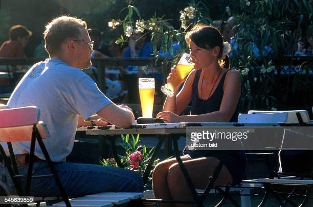 Paar mit Weizenbier im Cafe amNeuen See im Tiergarten 1997