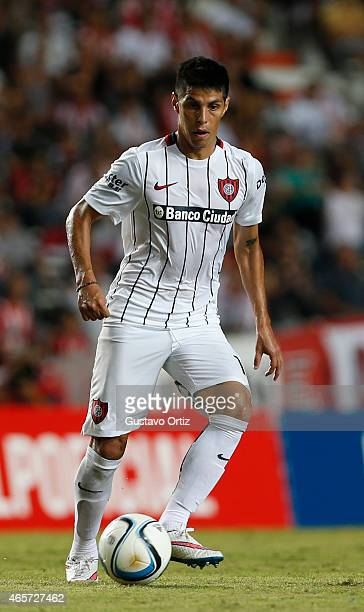 Pablo Barrientos of San Lorenzo controls the ball during a match between Estudiantes and San Lorenzo as part of fourth round of Torneo Primera...
