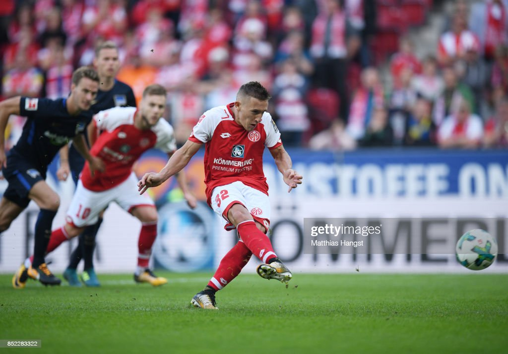 Pablo de Blasis of Mainz scores his team's first goal by penalty during the Bundesliga match between 1. FSV Mainz 05 and Hertha BSC at Opel Arena on September 23, 2017 in Mainz, Germany.