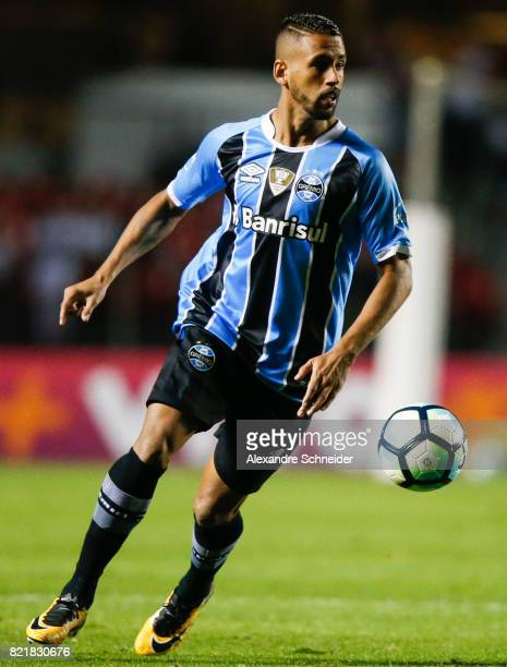 Pablo Escobar of Sao Paulo and Thiago Maia of Gremio in action during the match between Sao Paulo and Gremio for the Brasileirao Series A 2017 at...