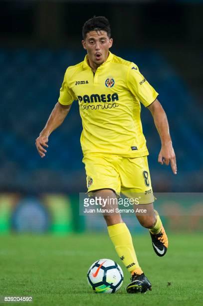 Pablo Fornals of Villarreal CF controls the ball during the La Liga match between Real Sociedad de Futbol and Villarreal CF at Estadio Anoeta on...