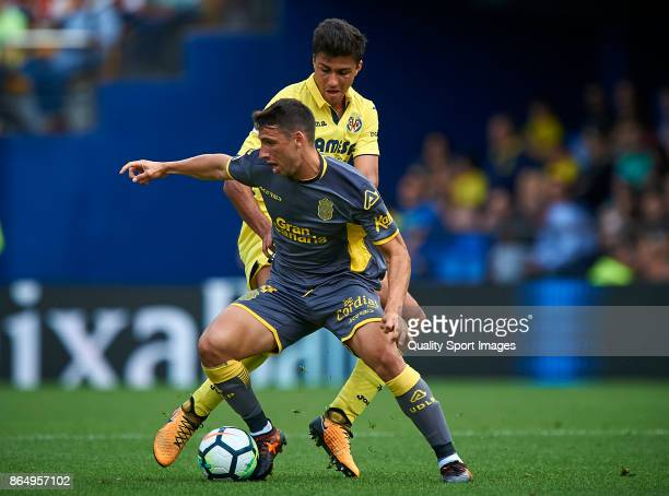 Pablo Fornals of Villarreal competes for the ball with Calleri of Las Palmas during the La Liga match between Villarreal and Las Palmas at Estadio De...
