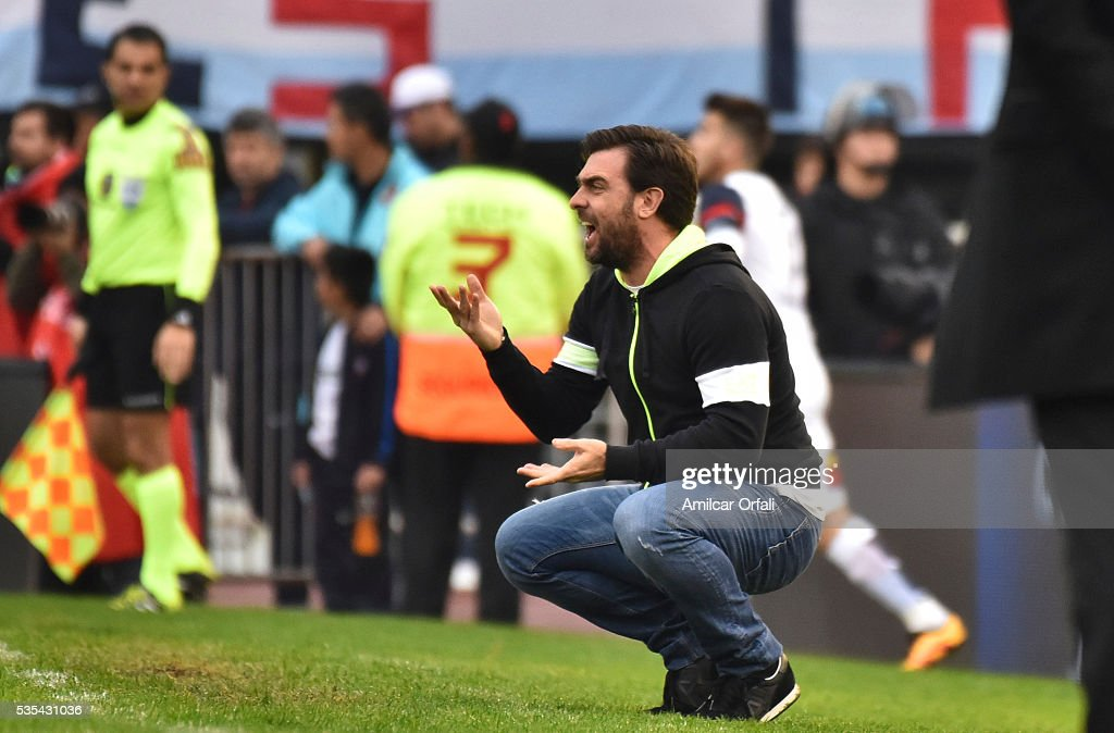 Pablo Guede coach of San Lorenzo gives intructions to his players during a final match between San Lorenzo and Lanus as part of Torneo Transicion 2016 at Monumental Stadium on May 29, 2016 in Buenos Aires, Argentina.