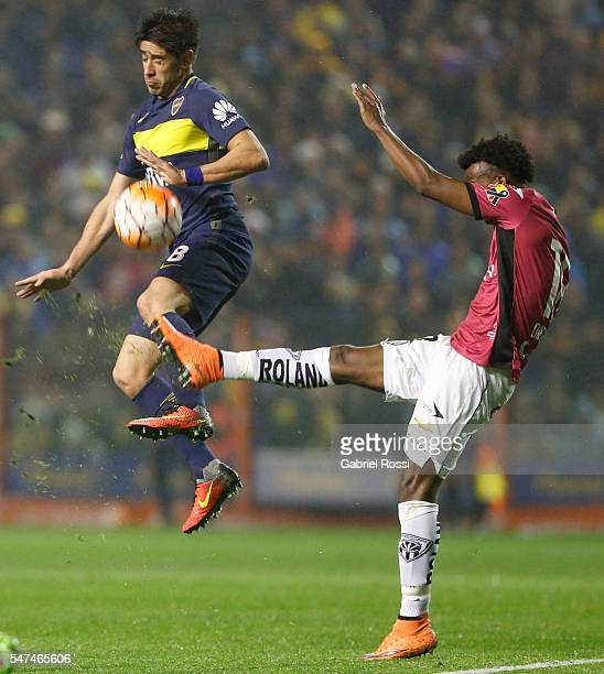 Pablo Javier Perez of Boca Juniors fights for the ball with Jefferson Orejuela of Independiente del Valle during a second leg match between Boca...