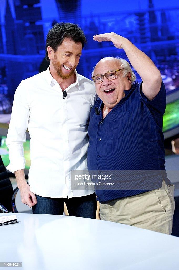 ¿Cuánto mide Danny Devito? - Real height Pablo-motos-and-danny-devito-attend-el-hormiguero-tv-show-at-vertice-picture-id140949621