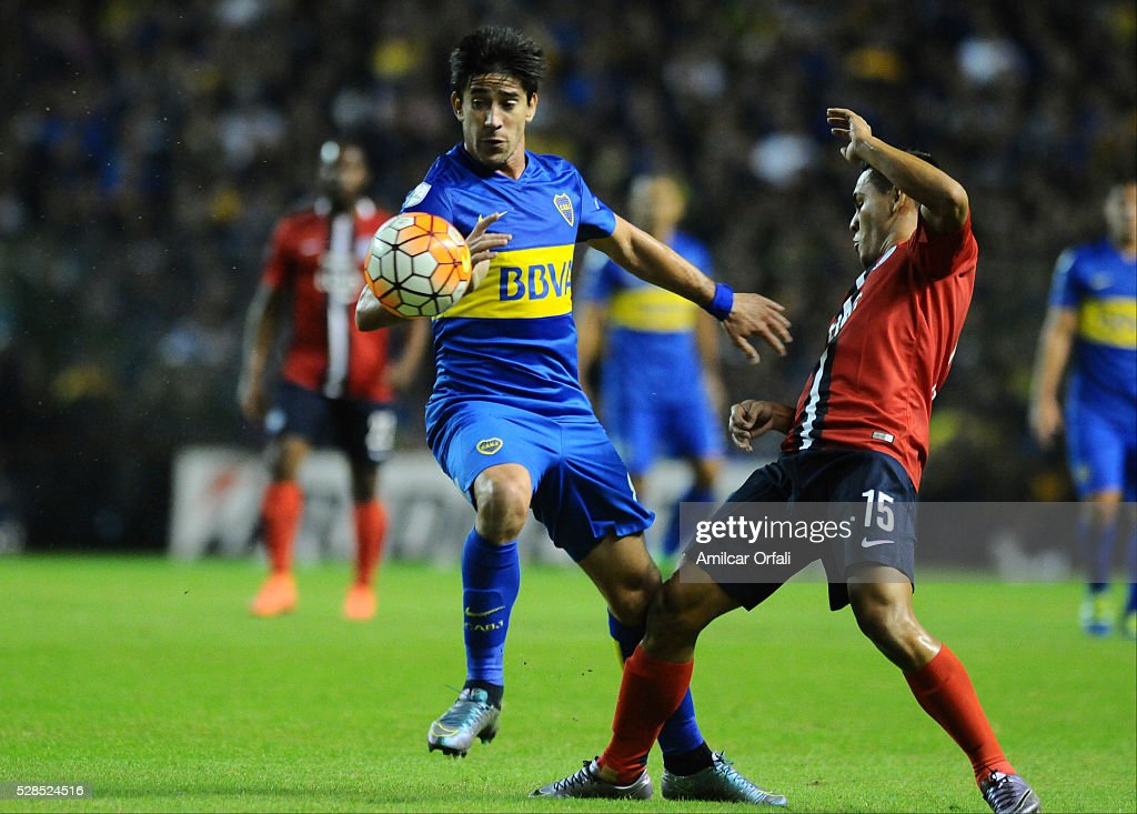 Pablo Perez of Boca Juniors and Jorge Luis Rojas of Cerro fight for the ball during a second leg match between Boca Juniors and Cerro Porteno as part of round of sixteen of Copa Bridgestone Libertadores 2016 at Alberto J Armando Stadium on May 05, 2016 in Buenos Aires, Argentina.