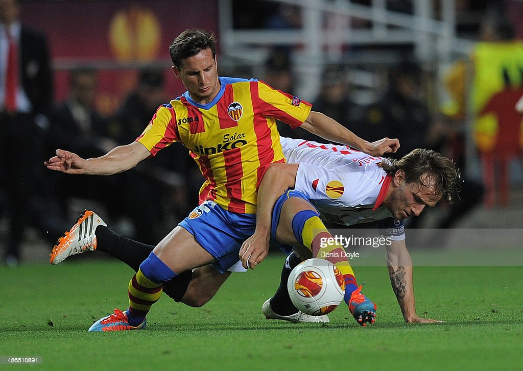 <a gi-track='captionPersonalityLinkClicked' href=/galleries/search?phrase=Pablo+Piatti&family=editorial&specificpeople=4406769 ng-click='$event.stopPropagation()'>Pablo Piatti</a> (L) of Valencia CF battles for the ball against <a gi-track='captionPersonalityLinkClicked' href=/galleries/search?phrase=Ivan+Rakitic&family=editorial&specificpeople=3987920 ng-click='$event.stopPropagation()'>Ivan Rakitic</a> of Sevilla FC during the UEFA Europa League Semi Final first leg match between Sevilla FC and Valencia CF at Estadio Ramon Sanchez Pizjuan on April 24, 2014 in Seville, Spain.