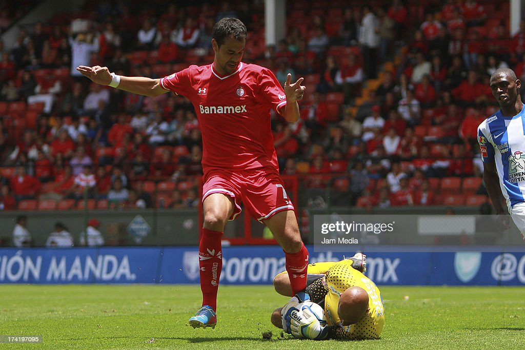 Pablo Velazquez (L) of Toluca struggles for the ball with <a gi-track='captionPersonalityLinkClicked' href=/galleries/search?phrase=Oscar+Perez&family=editorial&specificpeople=2373819 ng-click='$event.stopPropagation()'>Oscar Perez</a> (L) of Tijuana during the match between Toluca and Pachuca as part of the Apertura 2013 Liga Bancomer MX at Nemesio Diez Stadium on july 21, 2013 in Toluca, Mexico.