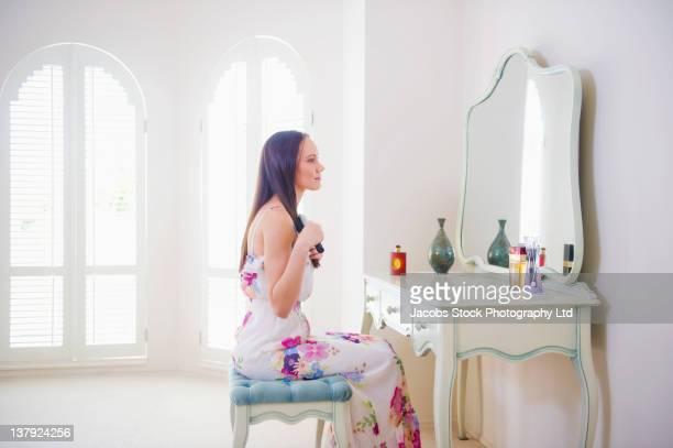 太平洋諸島民の女性彼女の髪をブラシ