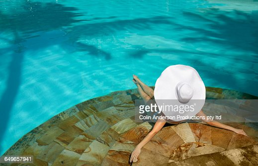 Pacific Islander Woman Laying In Swimming Pool Foto Stock Getty Images