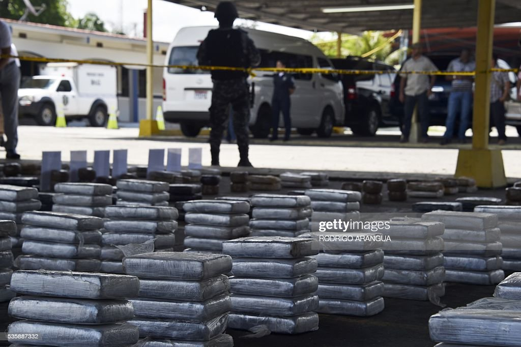 Packages of cocaine are displayed during a press conference by the National Border Service (SENAFRONT) and National Police in Panama City, on May 30, 2016 tho show the more than 500 kg of cocaine seized during an operation in Panama. / AFP / RODRIGO