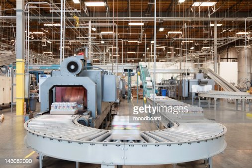 Packed bottle moving on conveyor belt : Stock-Foto
