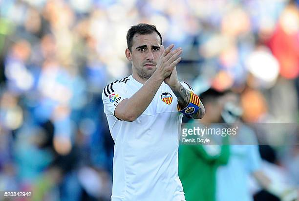 Paco Alcacer of Valencia applauds fans after Valencia drew 22 with Getafe CF during the La Liga match between Getafe CF and Valencia CF at Coliseum...