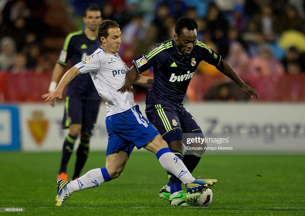 Paco Montanes (L) of Real Zaragoza competes for the ball with <a gi-track='captionPersonalityLinkClicked' href=/galleries/search?phrase=Michael+Essien&family=editorial&specificpeople=523500 ng-click='$event.stopPropagation()'>Michael Essien</a> (R) of Real Madrid CF during the La Liga match between Real Zaragoza and Real Madrid CF at La Romareda Stadium on March 30, 2013 in Zaragoza, Spain.