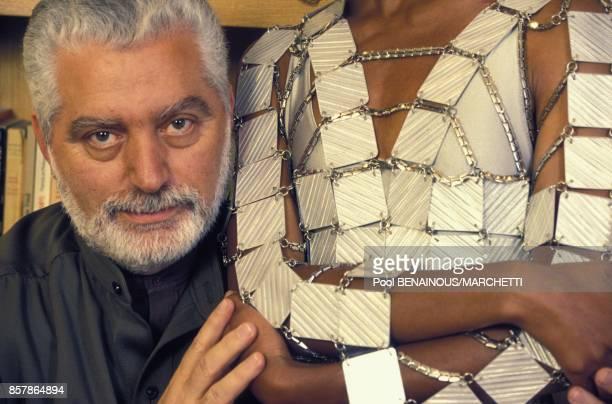 Paco Rabanne fete ses 30 ans de creation et pose a cote d'une robe en pieces metalliques en mai 1994 a Paris France