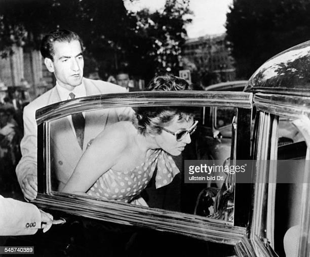 Pahlewi Reza *Politiker IranSchah von Persien 19411979 mit seiner Frau Kaiserin Soraya in Romsteigen in ein Autowährend ihres kurzen Exils z Zt...