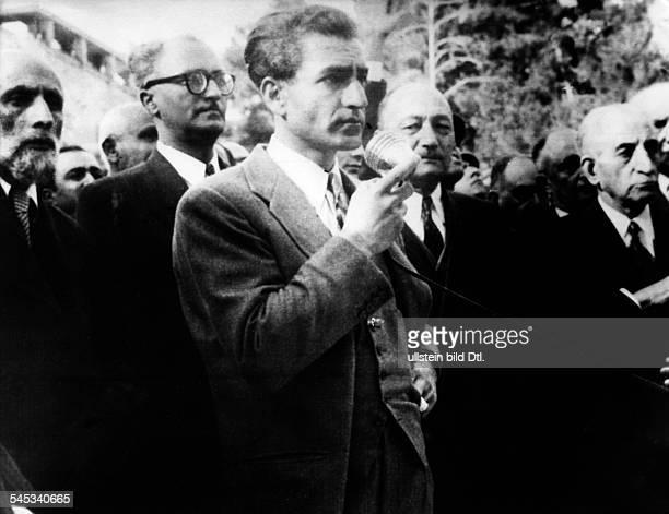 Pahlewi Reza *Politiker IranSchah von Persien 19411979Während der Krise zwischen ihm undPremier Mossadegh gibt der Schah imHof des Palastes eine...