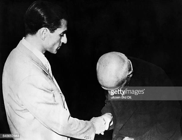 Pahlewi Reza *Politiker IranSchah von Persien 19411979zusammen mit seinem MinisterpräsidentenMossadegh 1953