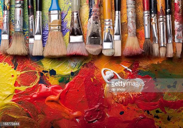 Pinceles pintura en una fila.