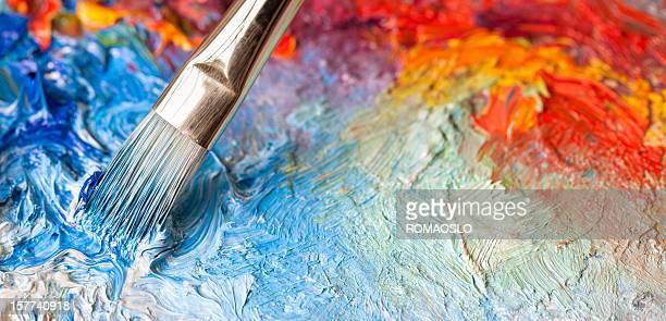 Pennello di pittura a olio su una classica palette di colori