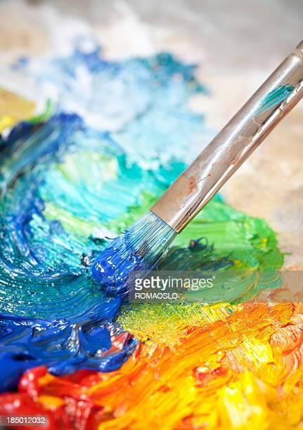 Pinsel mit Ölfarbe auf einer klassischen Farbpalette