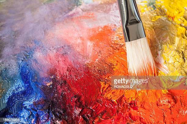 Rouge pinceau et peinture à l'huile sur une palette classique