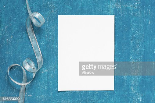 Painted aged blue background with blank sheet of paper : Stock-Foto