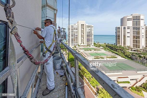 Pintor compensación de las grietas en un edificio de departamentos que ya están