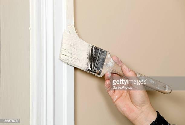 Peintre couper en bordure de mur