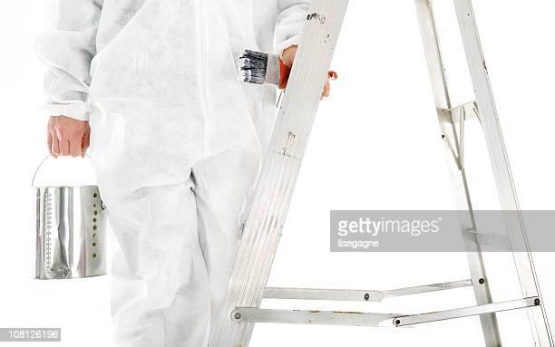Maler, die Farbe kann auf Leiter