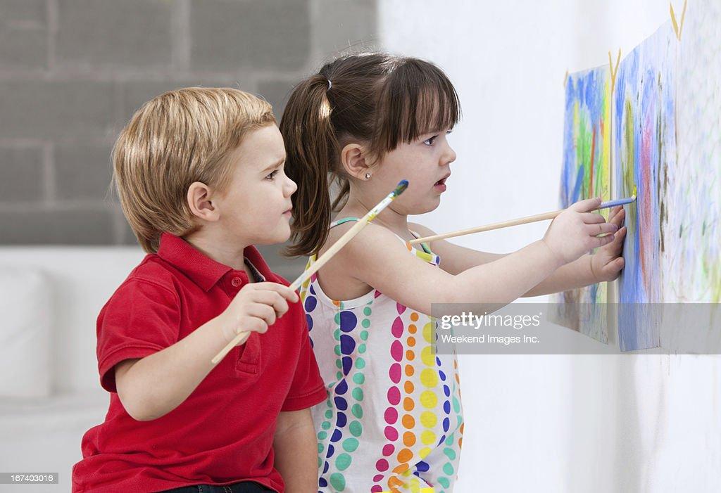 Painting kids : Bildbanksbilder