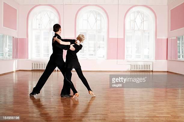 Couple d'adolescents impliqués dans la danse