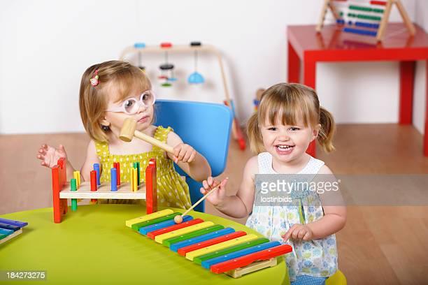 Paire de jeunes enfants profitant de la musique ou jouer à la crèche