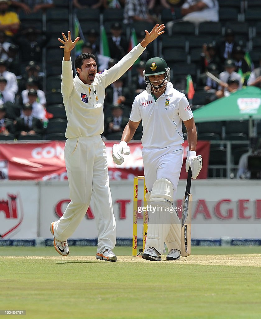 Pakistan bowler Junaid Khan (L) celebrates the wicket of South African batsman Alviro Petersen on February 1, 2013 during the first Test against South Africa at Wanderers Stadium in Johannesburg.
